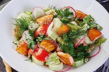 Салат с жареной семгой и свежими овощами