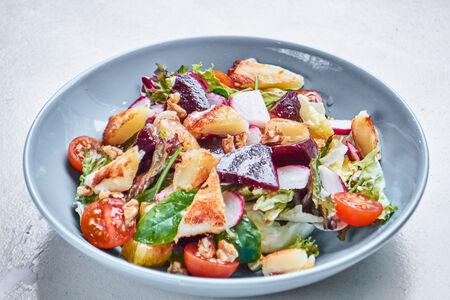 Салат с запеченной cвеклой и жареным cыром