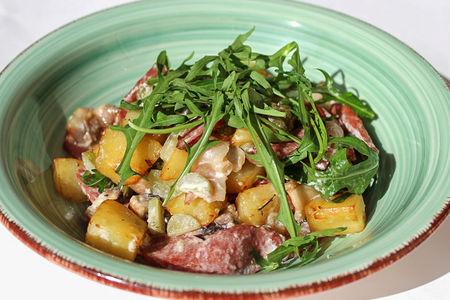 Салат  с беконом и колбасками теплый