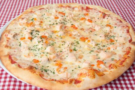 Пицца с креветками и красной икрой