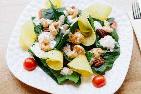 Салат со шпинатом и манго