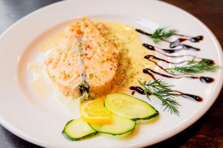 Стейк из лосося в сливочном соусе с овощами