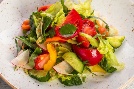 Салат из свежих овощей с пряными травами