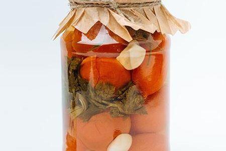 Соленья из красных томатов