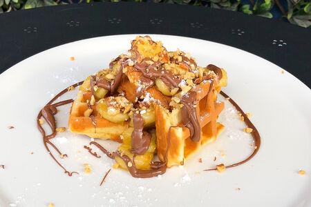 Бельгийские вафли с бананом, шоколадной пастой и грецком орехом