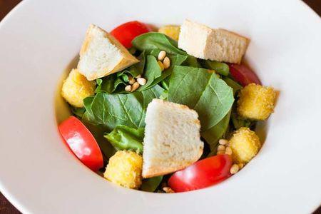 Салат со шпинатом и сулугуни