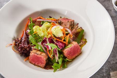 Салат с обжаренным на гриле тунцом