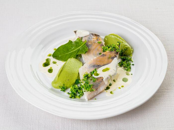 Судак на пару с пюре из зеленого горошка и сливочным соусом