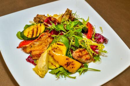 Салат из телятины с жареными овощами