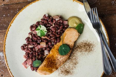 Филе индейки с красной фасолью и беконом