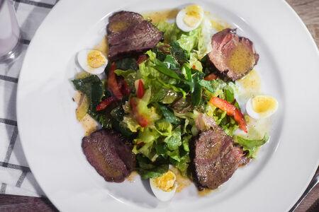 Салат с запеченной телятиной и соусом винегрет