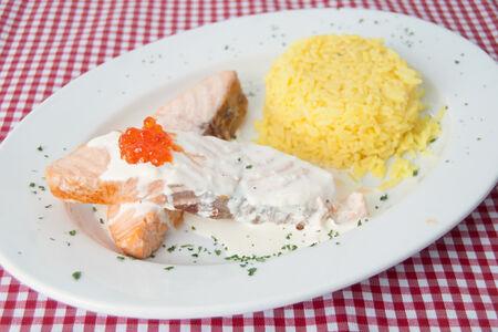 Сёмга на гриле c рисом и овощами в сливочно-икорном соусе