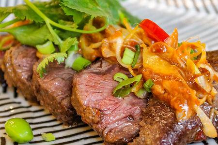 Мини-стейк из говядины с чили-мисо луком