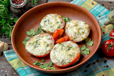Запеченные баклажаны и томаты с сыром