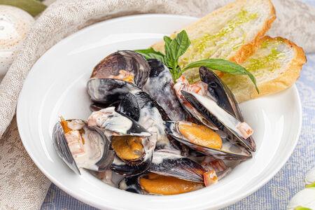 Черноморские мидии в сливочном соусе с овощами