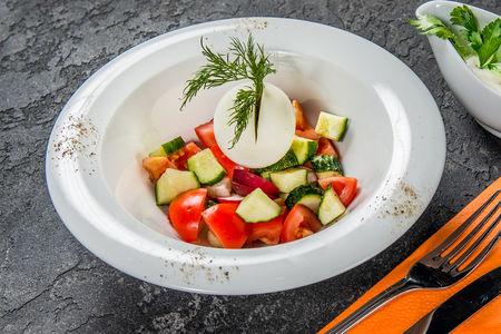 Салат со свежими помидорами, огурцами, яйцом и сметаной