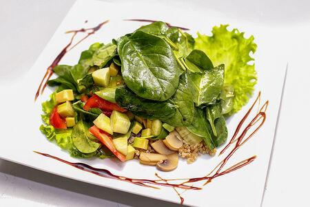 Салат с киноа, шпинатом и авокадо