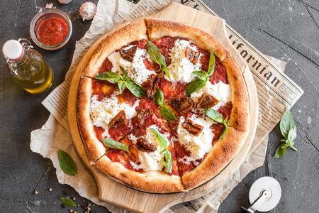 Пицца Страчателла с вялеными томатами