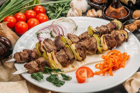 Баранина на шампуре с овощами