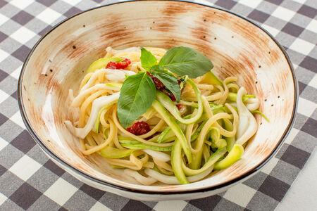Спагетти алла китарра с кальмарами и цукини