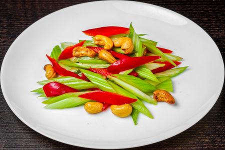 Салат из сельдерея и кешью