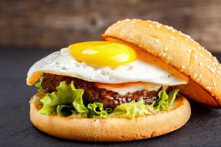 Бургер с яйцами