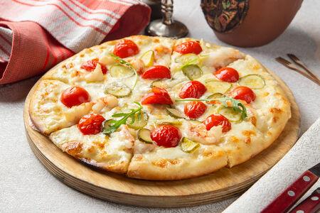 Пицца с лангустинами и томатами черри