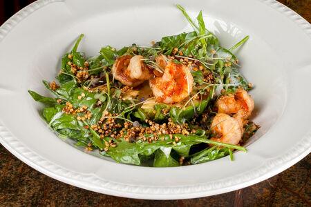 Салат Авокадо гриль с хрустящими креветками