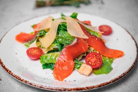 Салат Цезарь со слабосолёным лососем