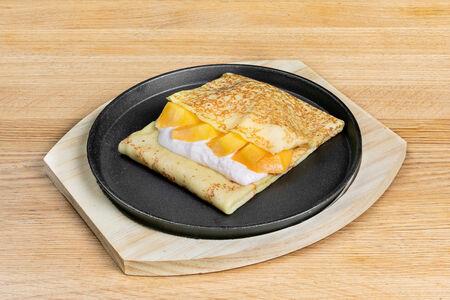 Блин с манго и карамельным кремом из маскарпоне