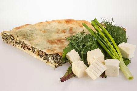 Пирог с свекольными листьями, сыром и зеленью
