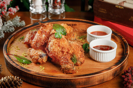 Курица в хрустящей панировке с соусами Барбекю и Сальса