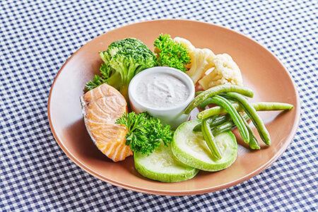 Кижуч на пару с овощами и йогуртовым соусом