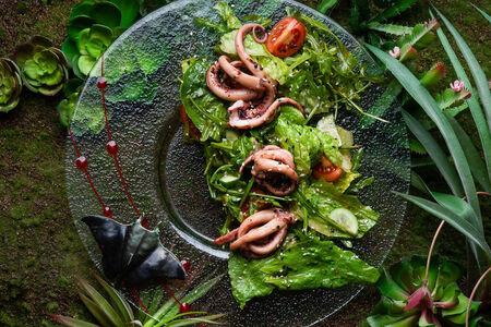 Салат со щупальцами кальмара