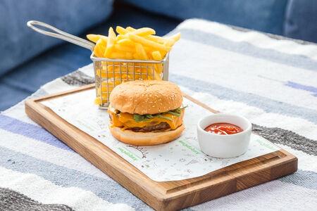 Бургер с говядиной с горчичным соусом