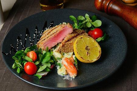 Филе тунца в кунжуте с овощным соте