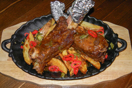 Говяжьи ребра барбекю с картофелем айдахо