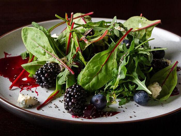 Салат со шпинатом, семенами Чиа и голубым сыром