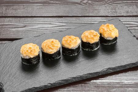 Запеченный ролл с японским омлетом томаго