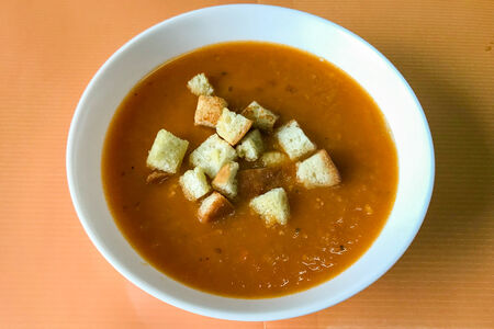 Овощной крем-суп с гренками