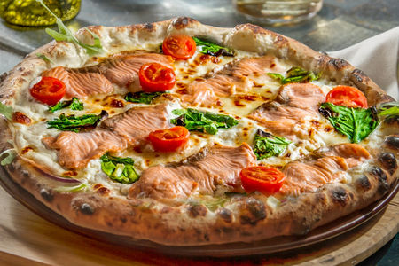 Пицца Бьянка с лососем, сыром маскарпоне и шпинатом