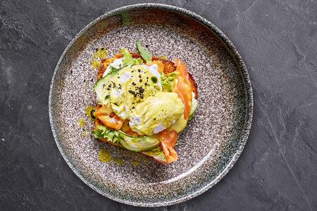 Яйцо пашот со слабосоленым лососем
