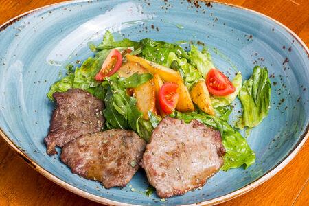 Салат с фермерской говядиной