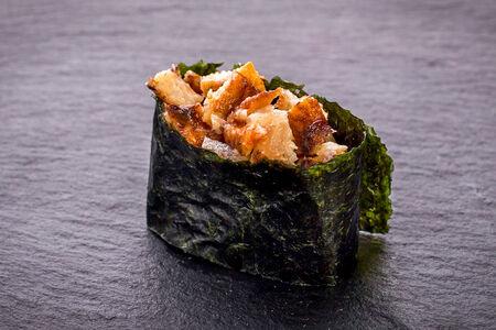 Суши гункан с угрем
