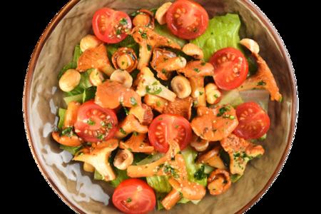 Салат с помидорами и лисичками