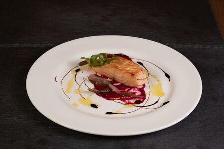 Стейк лосося с луковым конфи и соусом из печеной свеклы
