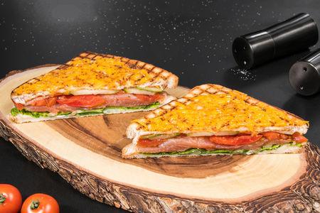 Сэндвич на гриле с красной рыбой