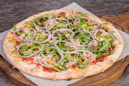 Пицца с тунцом и рукколой