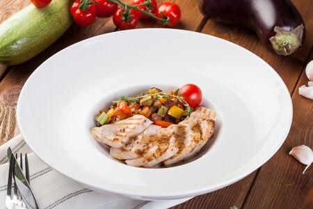 Индейка с овощным рататуем и томатным соусом