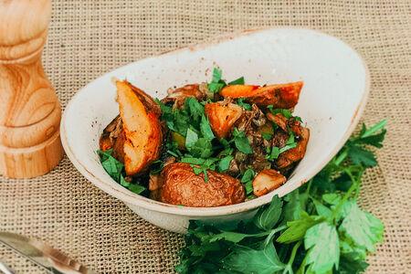 Молодой картофель с грибами и луком